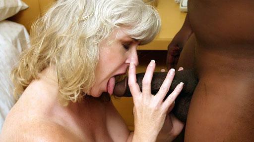 Sesso interrazziale con una matura bionda