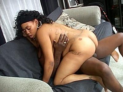 Troia nera incinta fottuta dal amante