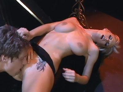 Brooke Banner fa un pompino di gola profonda
