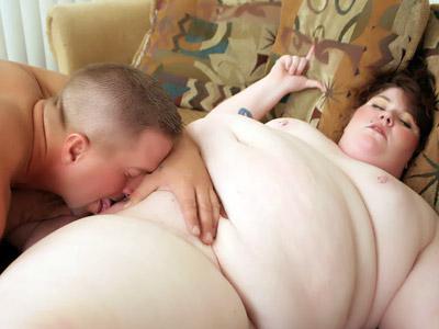 Matura grassa si lascia leccare la figa libidinosa