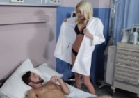La dottoressa Riley Evans fotte con un paziente