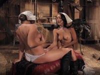 Masturbazione nel fienile con due troie lesbiche eccitate