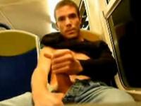 Ragazzo arrapato fa una sega in treno